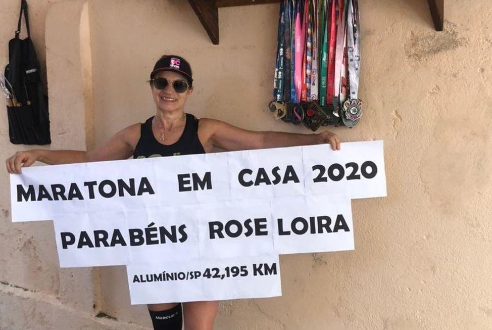 Professora corre maratona em casa durante quarentena