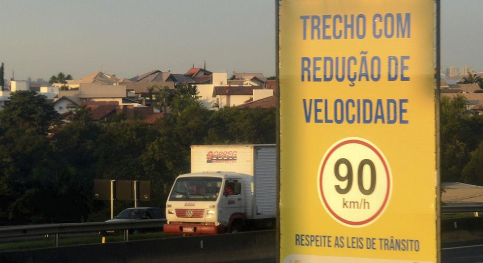 Raposo Tavares recebe placas e reforço de sinalização no km 98