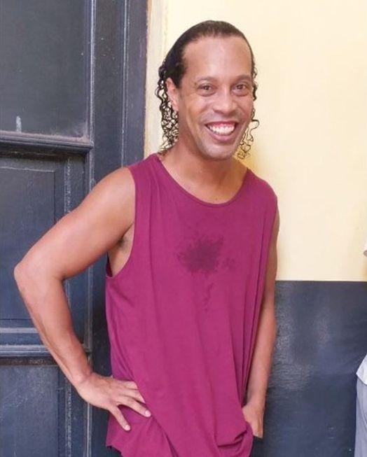 Ronaldinho paga R$ 8 mi para deixar cadeia