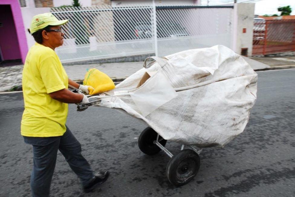 Sancionado auxílio financeiro para coletores de recicláveis