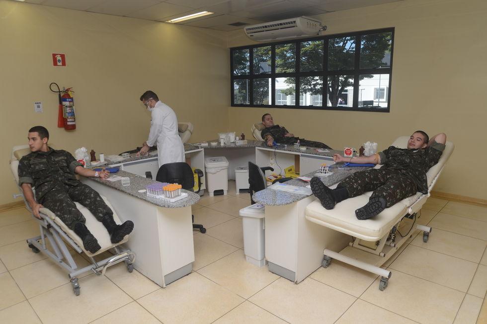 Soldados do Tiro de Guerra doam sangue para Hemonúcleo