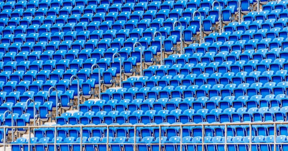 Arquibancada vazia de um estádio de futebol. Crédito da foto: Pxhere