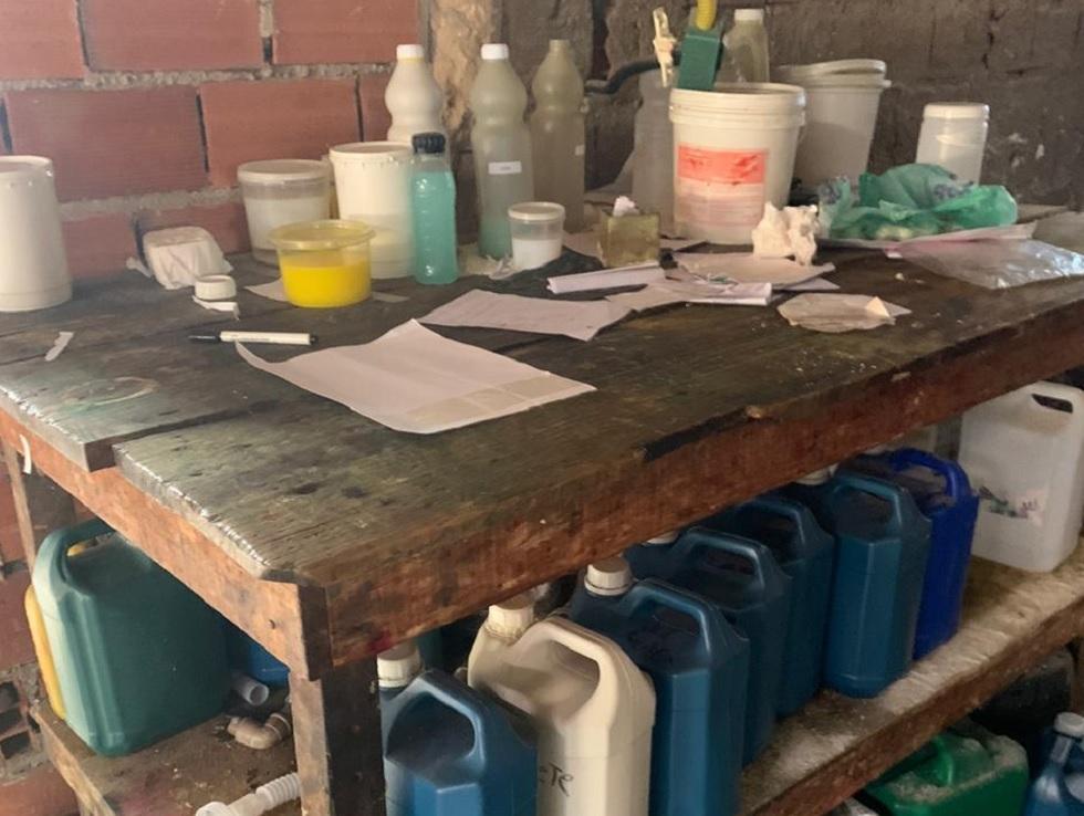 Polícia fecha fábrica clandestina de produtos de limpeza em Sorocaba