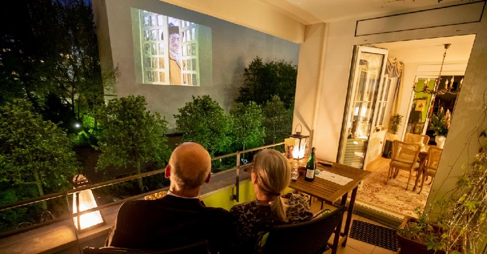 Filmes são projetados em paredes edifícios de Berlim