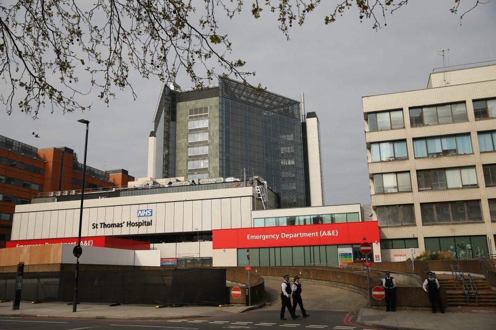 Boris Johnson deixa UTI e volta para ala comum de hospital