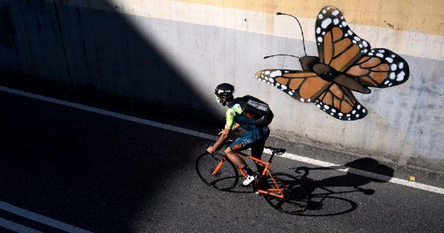 Ciclista profissional atua como entregador em vilarejo italiano