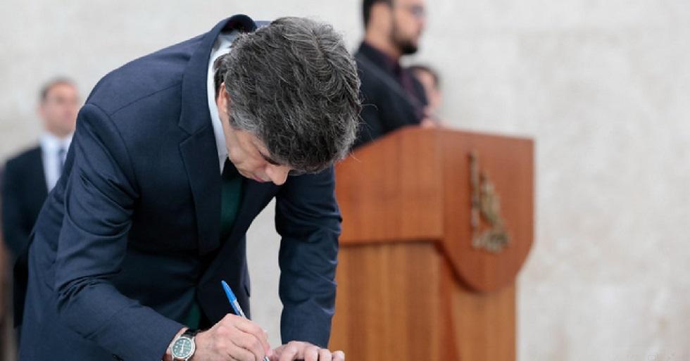 Cumprimento de cotovelo quebra tensão em posse de novo ministro da Saúde