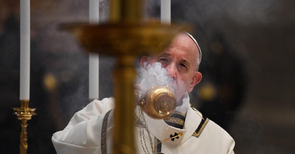 Em missa de Páscoa sem fiéis, papa pede solidariedade global