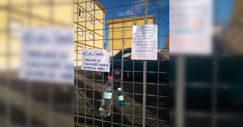 Moradores do Wanel Ville disponibilizam água e sabão em ruas do bairro