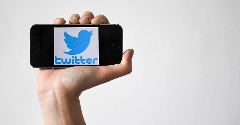 Smartphone com imagem do logo do Twitter.