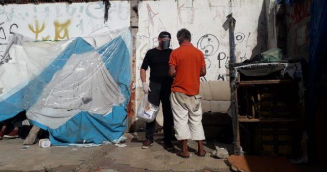 Máscaras são distribuídas às pessoas em situação de rua em Sorocaba