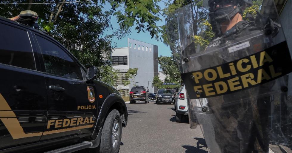 Moro chega à PF; manifestantes pró e contra ex-ministro se reúnem no local