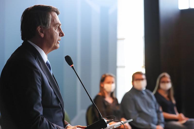 Bolsonaro diz que estuda parcelas de R$ 500, R$ 400 e R$ 300 para auxílio