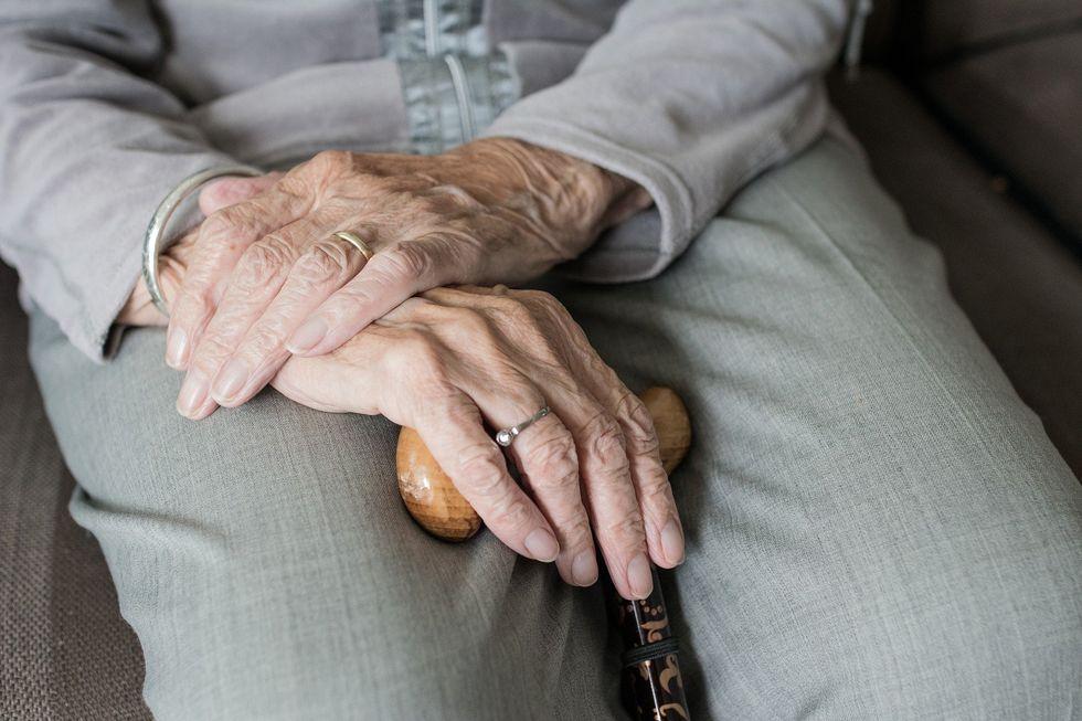 O Estatuto do Idoso descreve a violência contra o idoso como qualquer ação ou omissão, praticada em local público ou privado