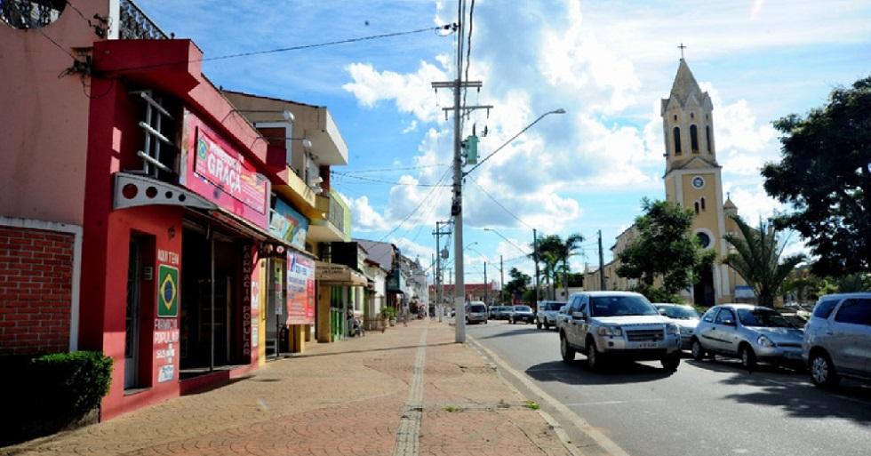 Araçoiaba da Serra recomenda pedestre a caminhar em 'mão única' na calçada