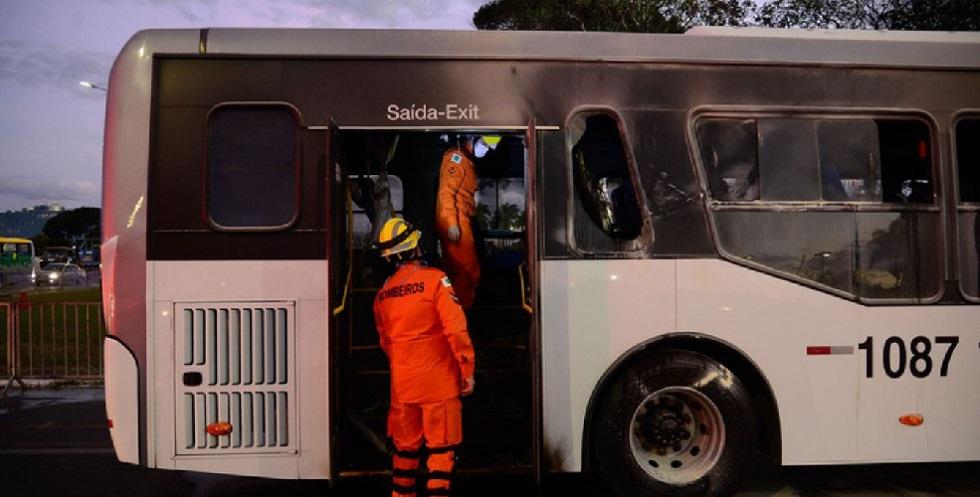 Homem é preso após atear fogo em ônibus em frente ao Palácio do Planalto