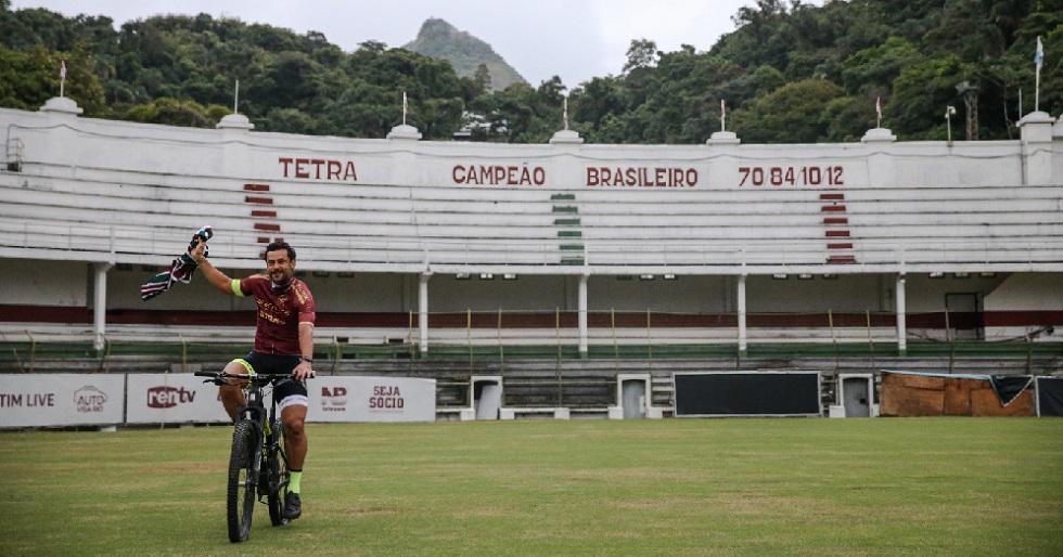 Fred chega ao Fluminense de bicicleta e assina até julho de 2022