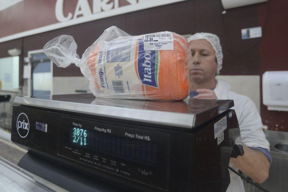 Frango, batata, cebola e café ajudam a reduzir preço da cesta básica em junho