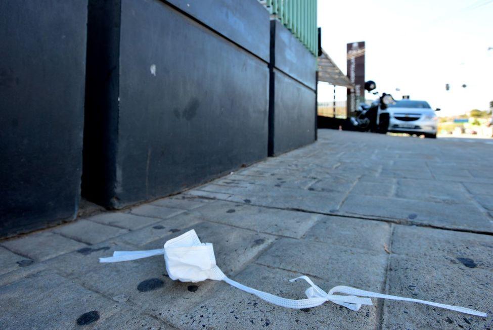 Máscaras são jogadas em calçadas