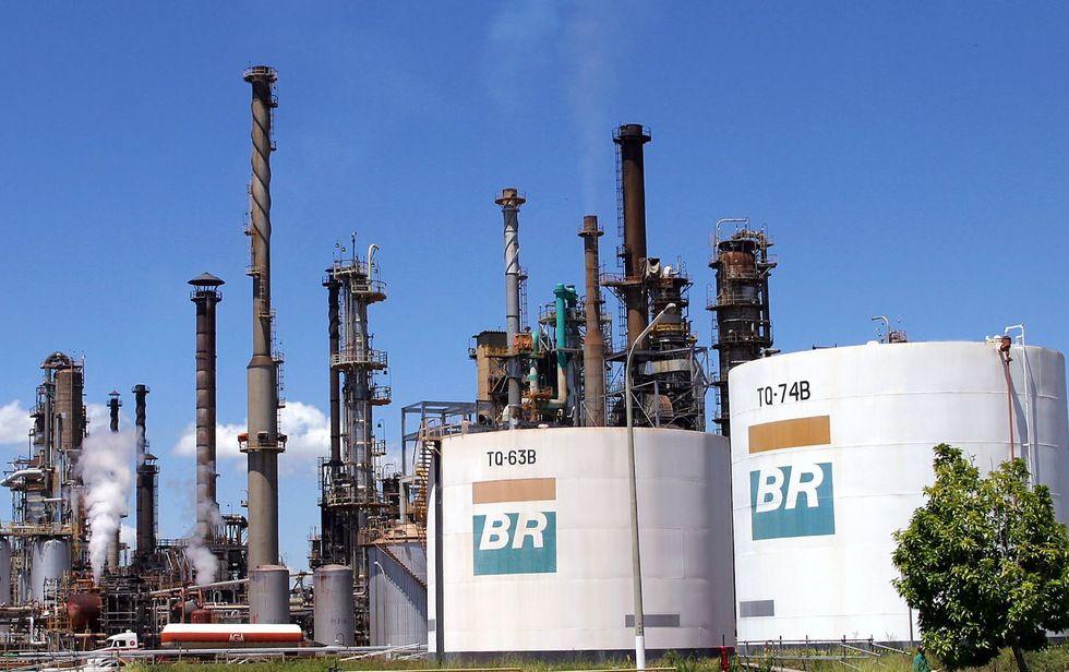 Obra em refinaria atrai 15 mil desempregados