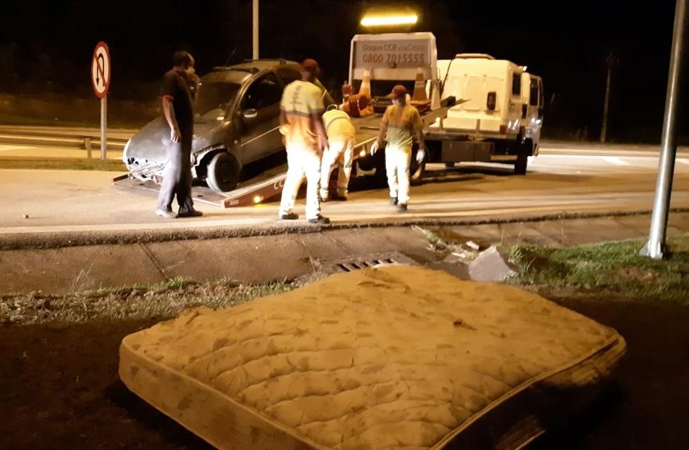 """Motorista bate carro após """"atropelar"""" colchão na Raposo Tavares"""