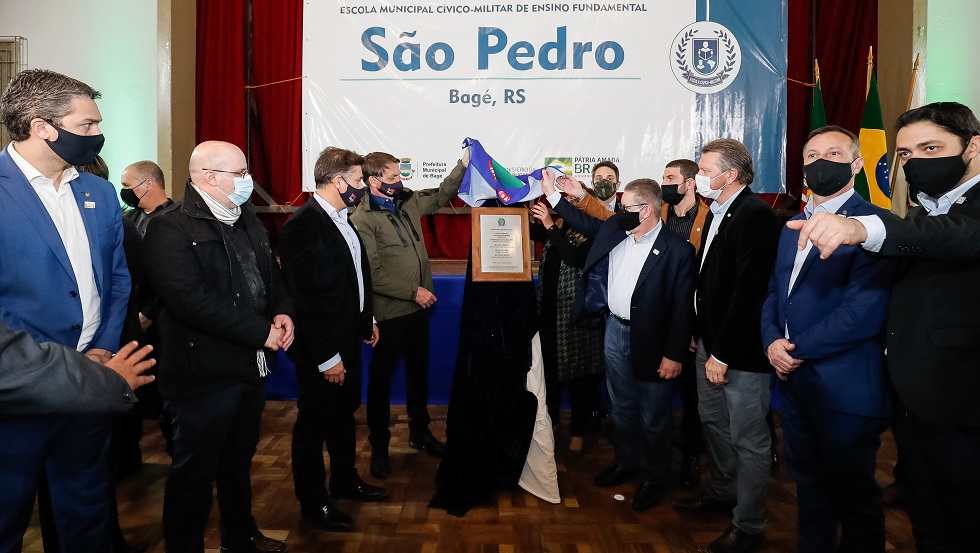 Bolsonaro visita escola e entrega condomínio residencial em Bagé