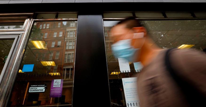 Homem caminha usando máscara facial. Crédito da foto: Tolga Akmen / AFP (29/7/2020)