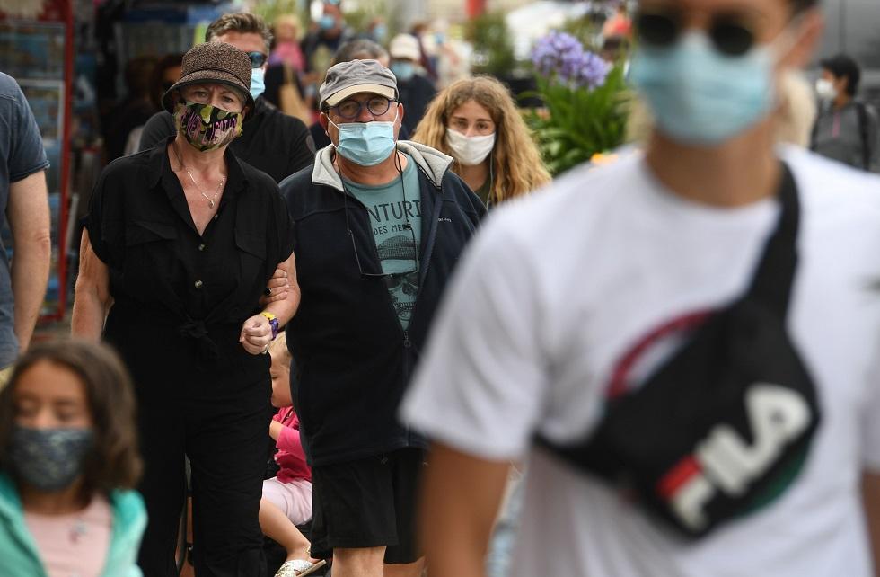 Pessoas caminham pela rua usando máscara facial. Crédito da foto: Fred Tanneau / AFP (27/7/2020)