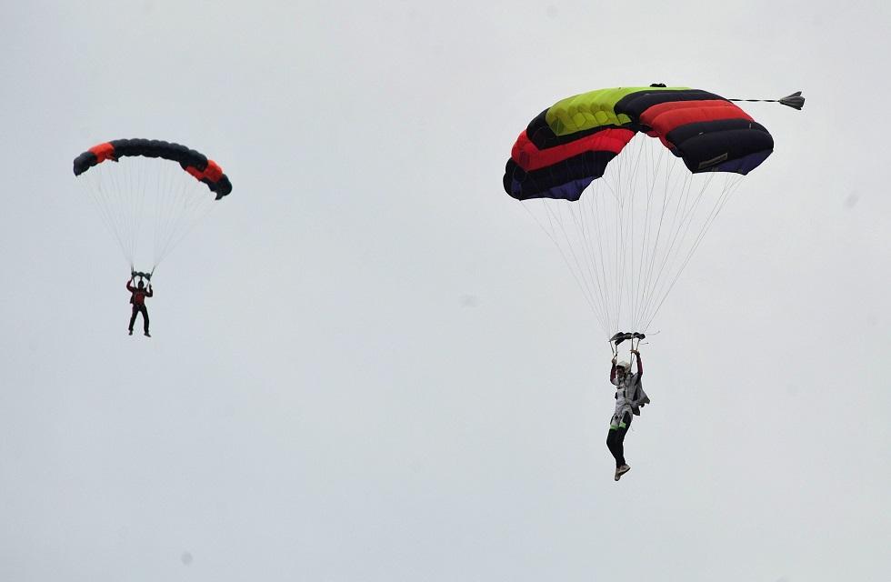 No Centro Nacional de Paraquedismo de Boituva, estão permitidos os saltos individuais.