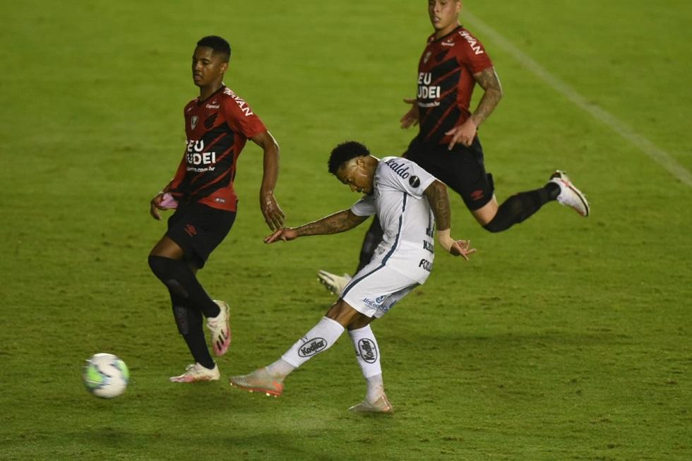 Santos vence na Vila e frustra liderança do Athletico-PR
