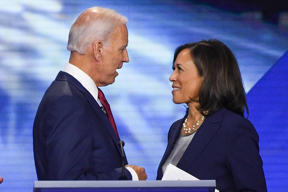 O presidente dos EUA Joe Biden ao lado de Kamala Harris.