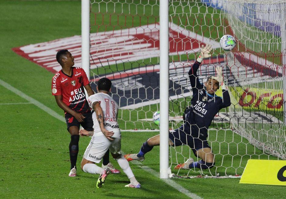 Luciano resolve no 2º tempo e São Paulo vence
