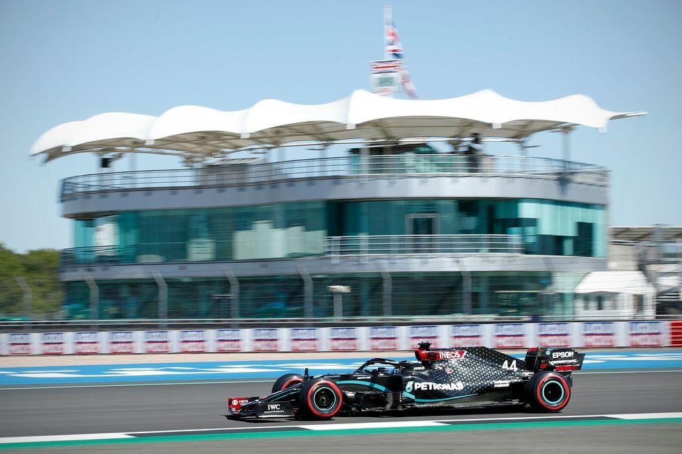 Lewis Hamilton fez o melhor tempo do primeiro dia de treinos para o GP dos 70 Anos da F1.