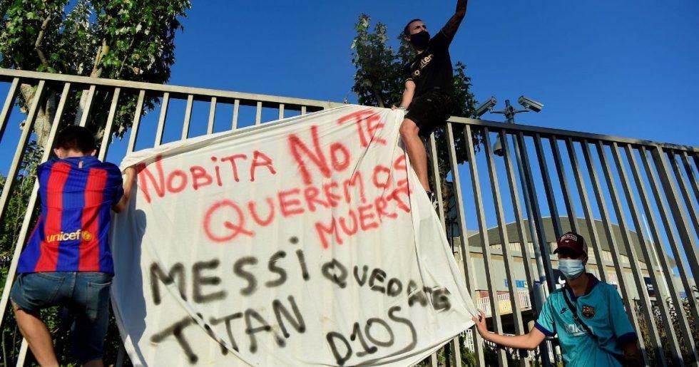 Torcedores do Barcelona invadem o Camp Nou durante protesto contra a diretoria
