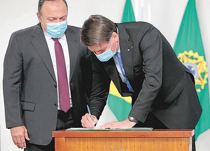 Bolsonaro assina MP que libera R$ 2 bi para desenvolver vacina