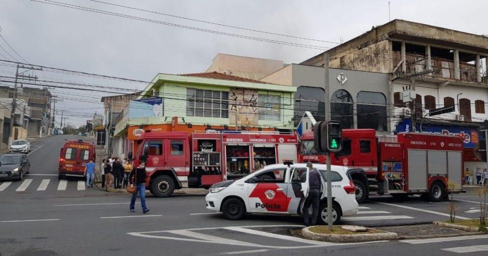 Fogo atinge loja de roupas no centro de Votorantim