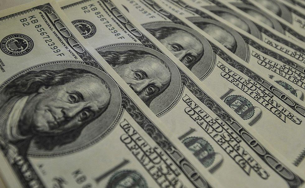 Dólar sobe e Bolsa cai com risco político