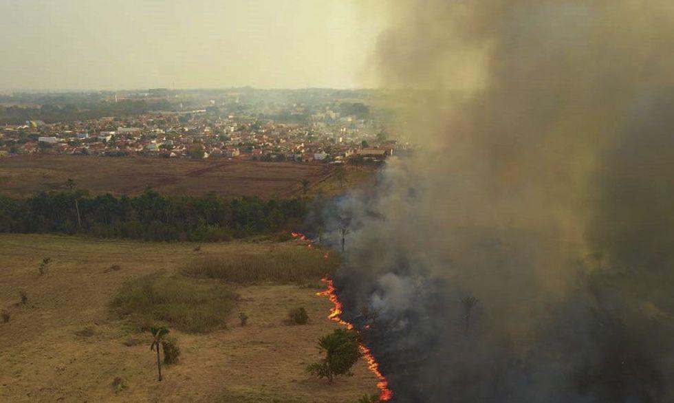 Fumaça causada pelas queimadas volta a deixar céu alaranjado em SP
