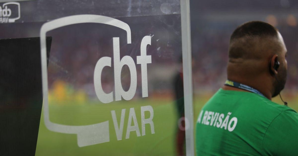 Árbitro de vídeo durante jogo de futebol no Brasil. Crédito da foto: Fernando Torres / CBF (15/8/2018)