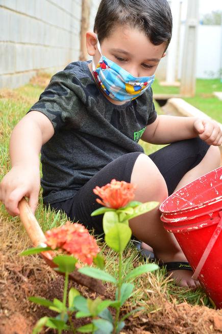 Crianças colorem escola de Sorocaba com plantio de flores