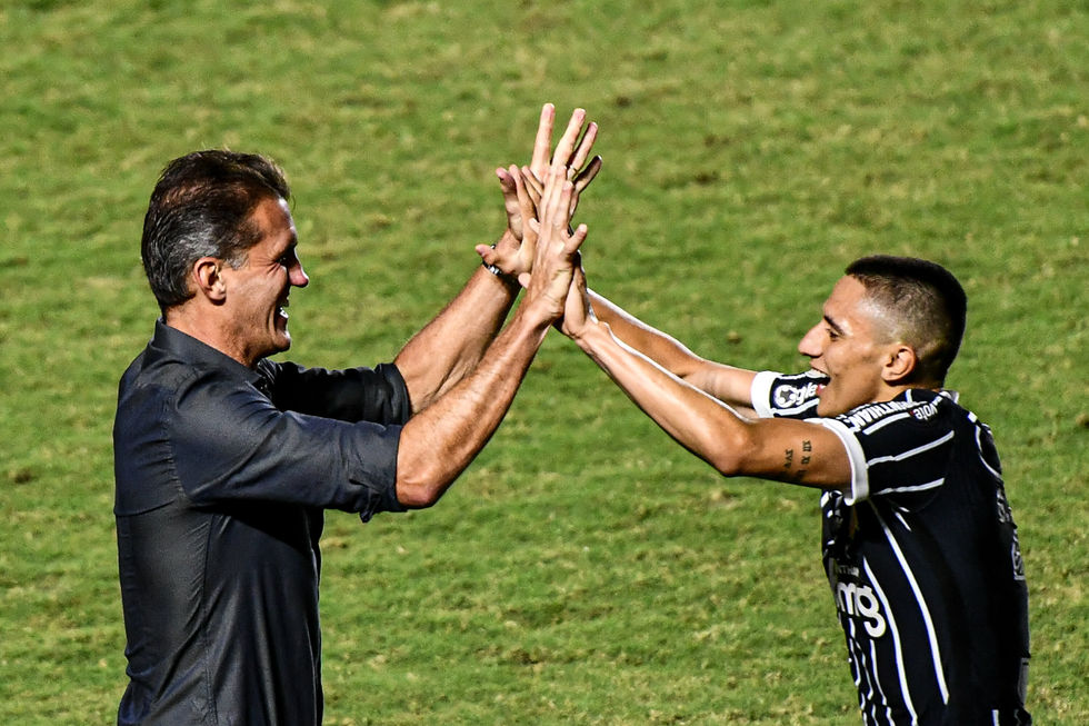 Gustavo Mantuan festeja seu primeiro gol pelo Corinthians