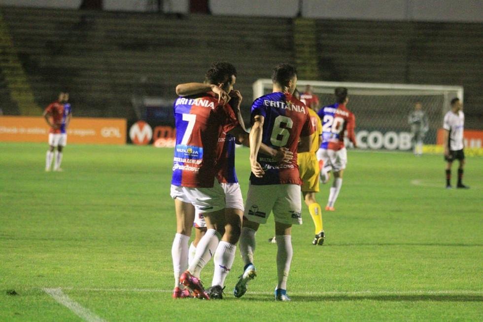 Paraná goleia e Chape joga hoje na Série B