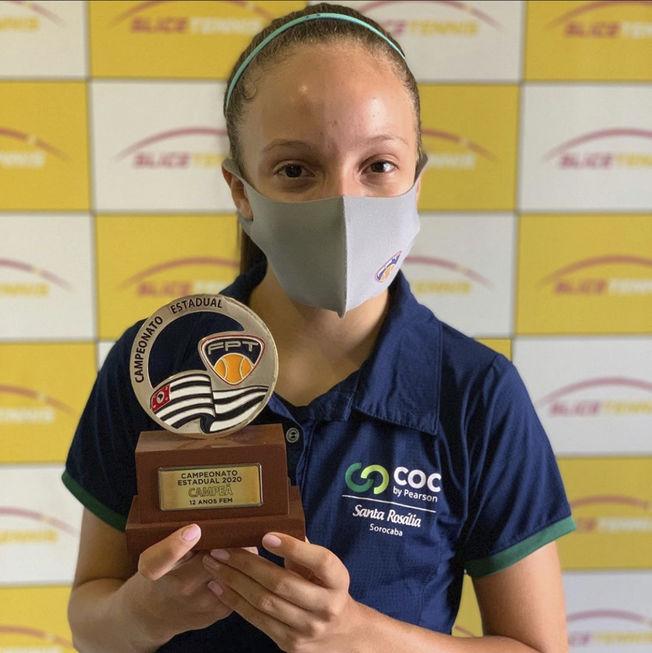 Tenista mirim Alice Ghiraldi ganha troféu
