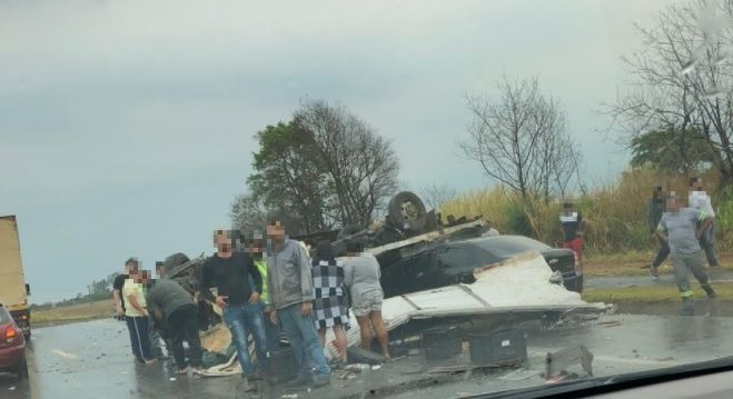 Caminhão tomba e atinge carro na rodovia João Leme dos Santos