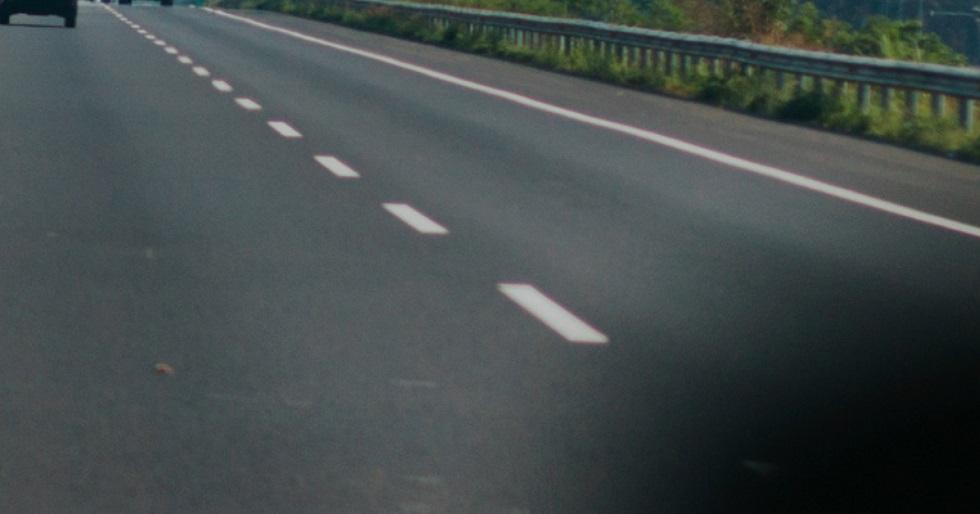 Caminhão atravessado na pista deixa trânsito lento na Raposo Tavares