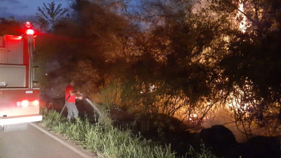 Bombeiros combatem fogo ao lado de estrada em Sorocaba