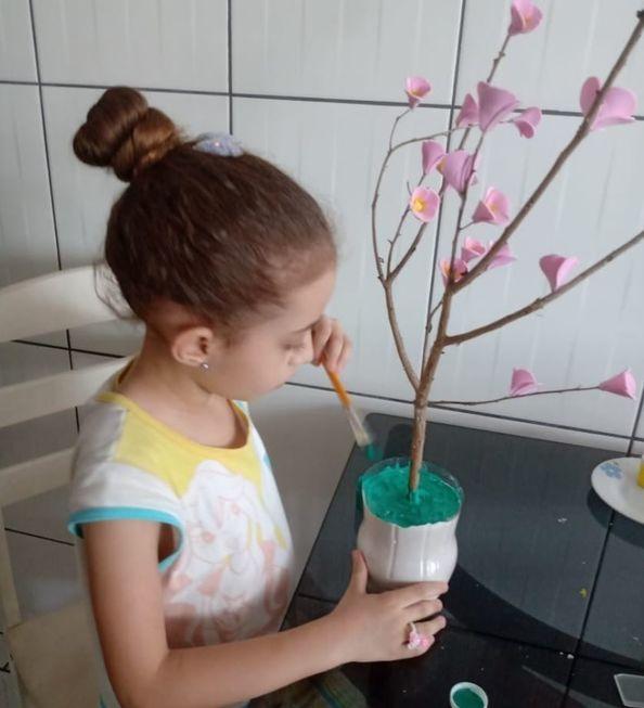 Crianças criam obras de arte inspiradas no artista Isaac de Oliveira