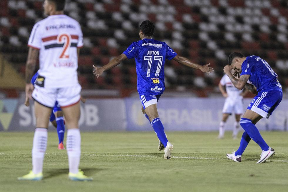 Cruzeiro, de Felipão, vence mais uma na Série B