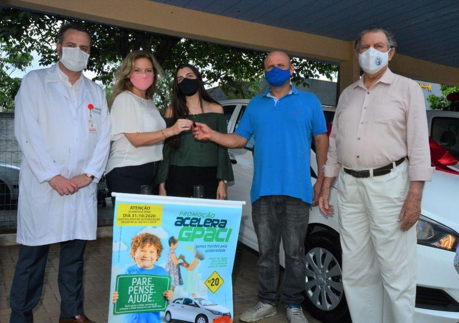 Gpaci entrega carro sorteado em campanha para o hospital