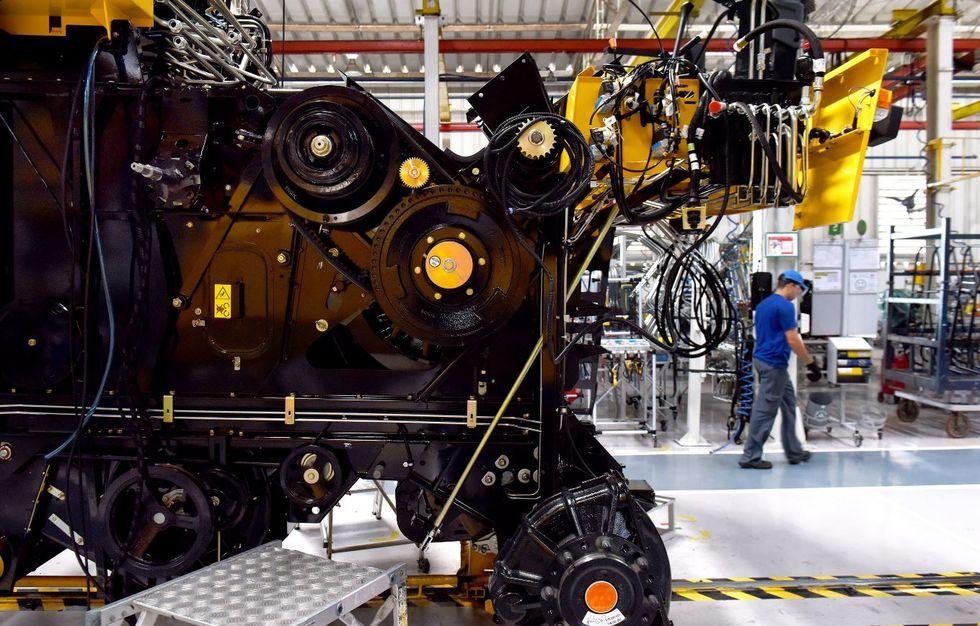 Produção e emprego na indústria têm alta, diz CNI